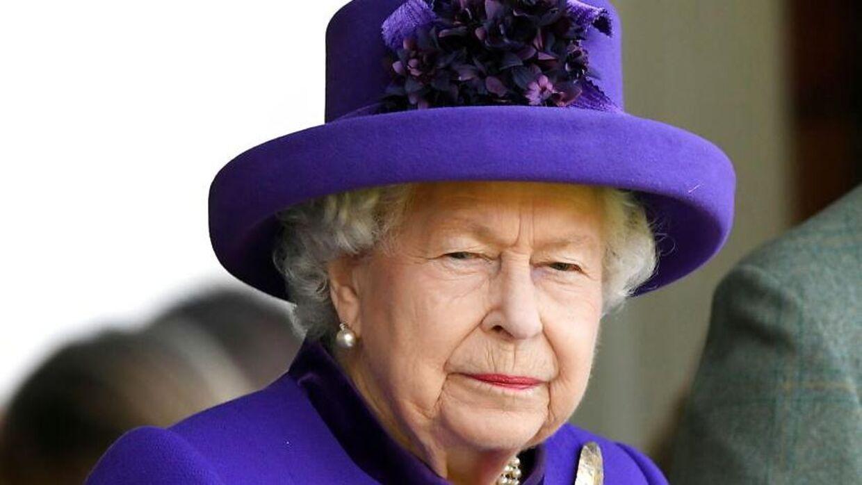 Dronning Elizabeth II stak engang sin nevø en lussing, fortæller Elton John i ny bog.