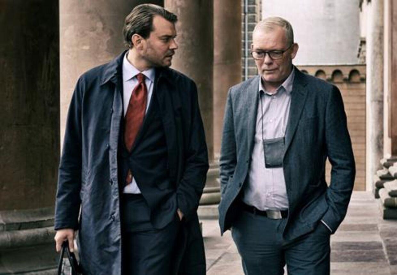 Pilou Asbæk og Søren Malling i rollen som henholdsvis anklager Jakob Buch Jepsen og drabschef Jens Møller.