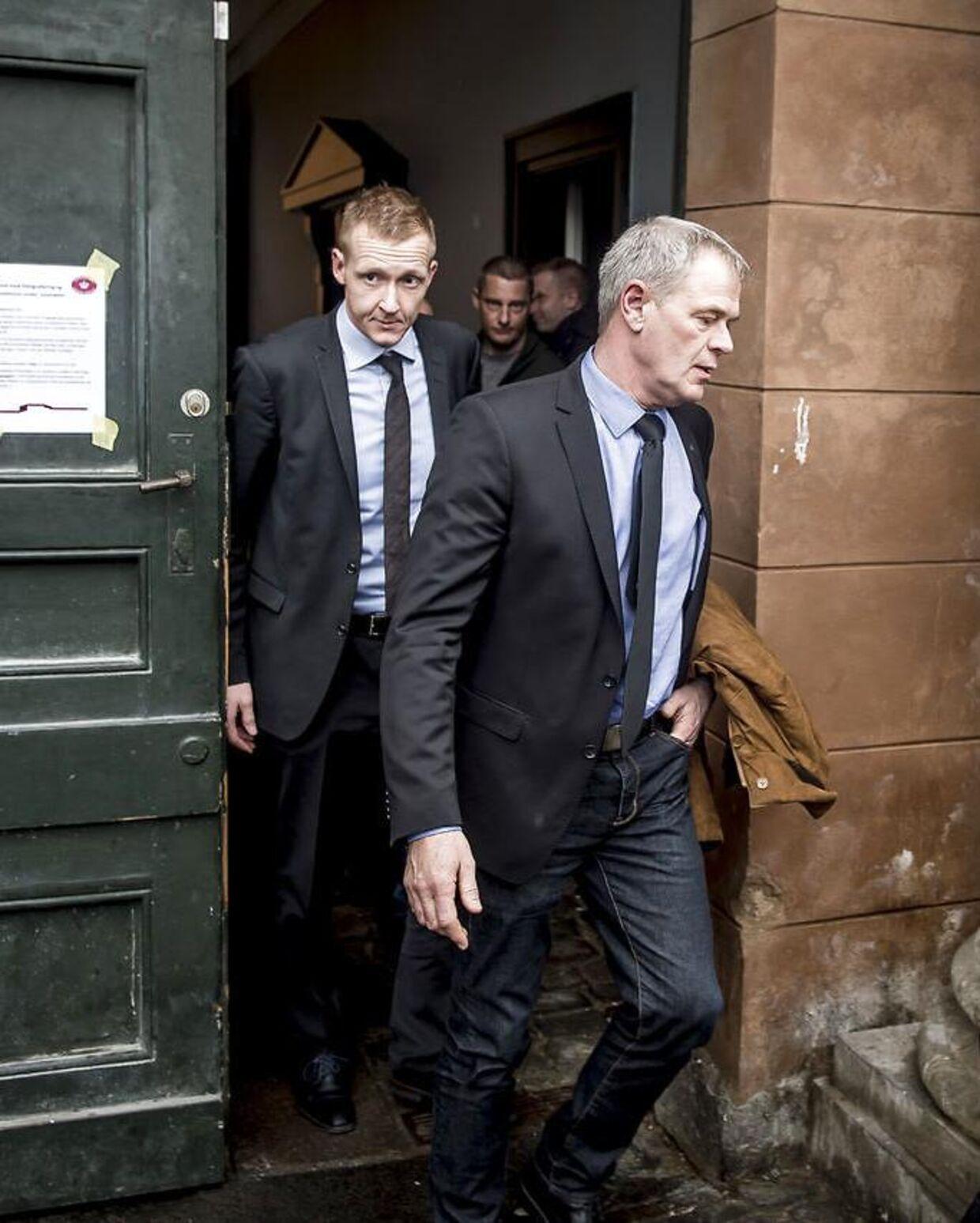 Virkelighedens anklager Jakob Buch-Jepsen og vicepolitiinspektør Jens Møller forlader retsbygningen i en pause under retssagen mod Peter Madsen.