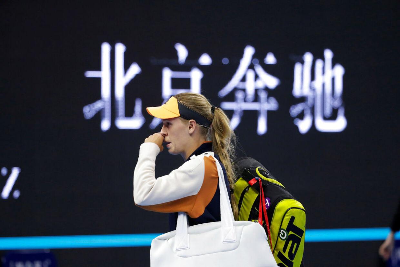Caroline Wozniacki tabte semifinalen ved sidste uges China Open til japaneren Naomi Osaka. Her ses hun på vej væk fra banen efter den kamp.