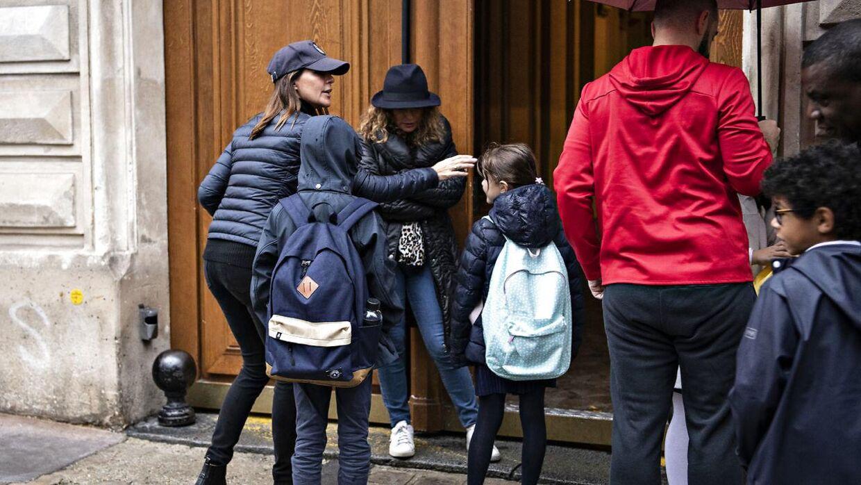 Prinsesse Marie og børnene foran privatskolen Monceau i Paris tirsdag den 8. oktober.