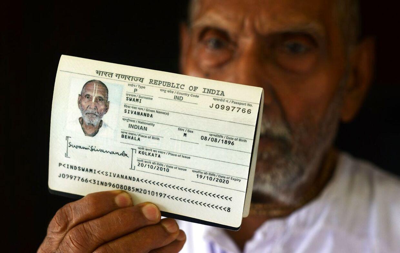 Da Swami Sivananda fremviste sit pas i lufthavnen i Abu Dhabi, kunne sikkerhedspersonalet knap tro deres egne øjne. (Foto: Dibyangshu Sarkar/AFP)