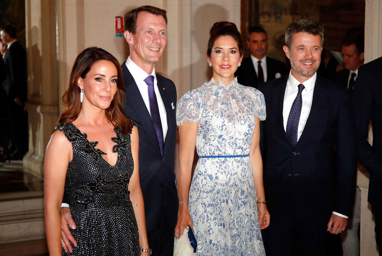 Prinsesse Marie, prins Joachim, kronprinsesse Mary og kronprins Frederik til middag i Paris tirsdag aften.