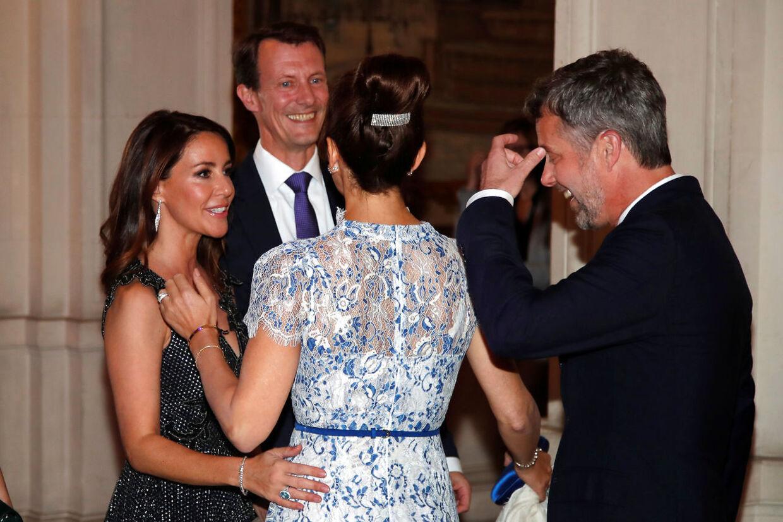 Selvom prins Joachim var lettere irriteret over journalistens spørgsmål om årpenge, var han lutter smil, da der skulle tages billeder. Her står han sammen med prinsesse Marie, kronprinesse Mary og kronprins Frederik.