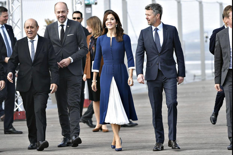 Kronprinsesse Mary i mandagens første kjole af den danske deigner Ole Yde.
