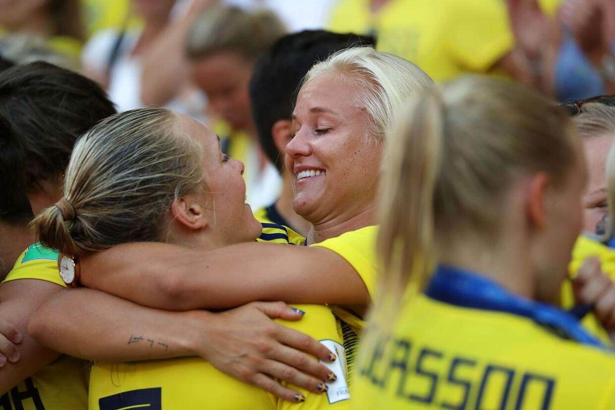 Pernille Harder krammer sin svenske kæreste, Magdalena Eriksson.