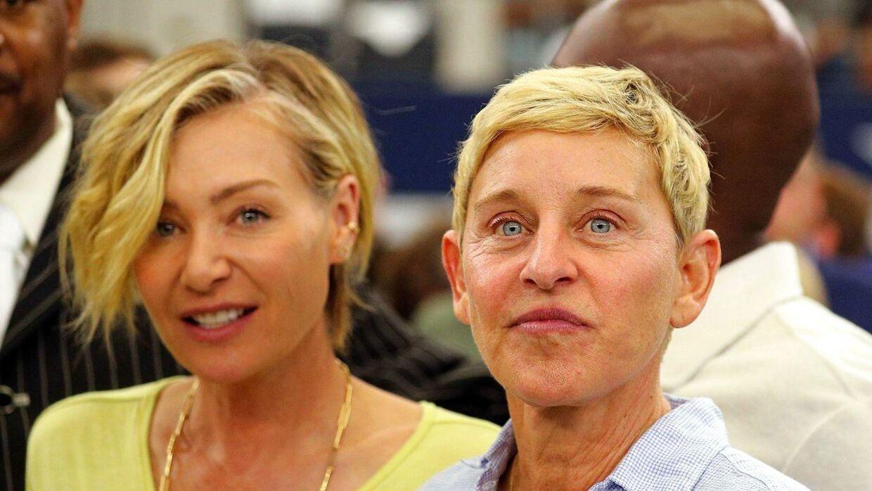 Den kendte tv-vært Ellen DeGeneres (th) med sin hustru, skuespilleren og modellen Portia de Rossi under NFL-kampen mellem Green Bay Packers og Dallas Cowboys i weekenden.