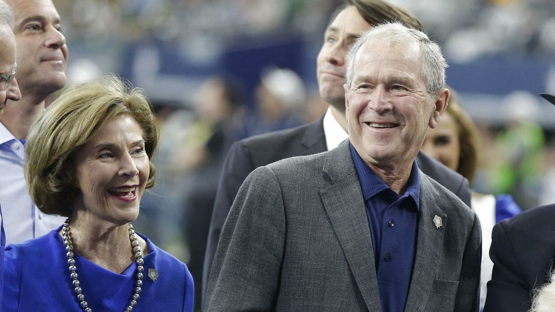 USA's tidligere præsident George W. Bush sammen med sin hustru Laura Bush under kampen mellem Dallas Cowboys og Green Bay Packers.