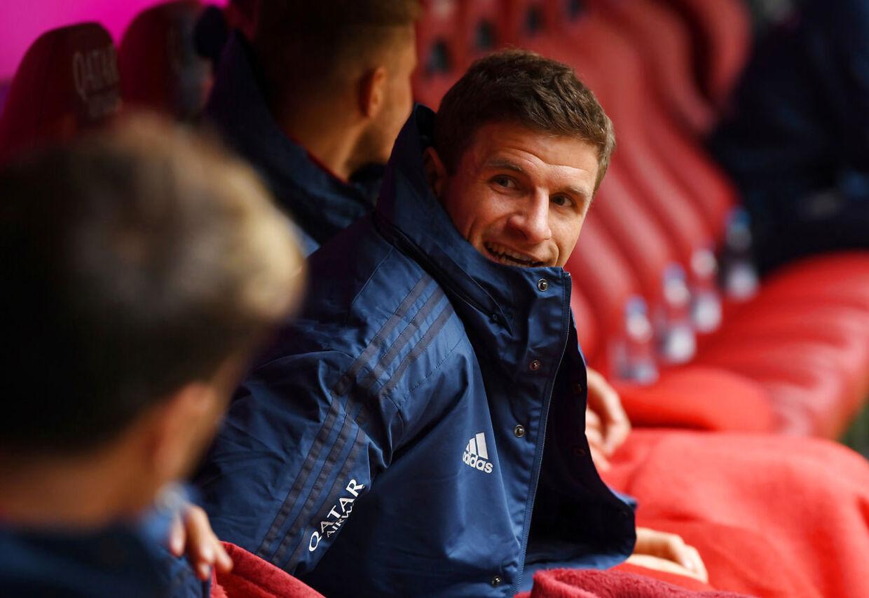 Her er Thomas Müller træt af at sidde: På bænken.