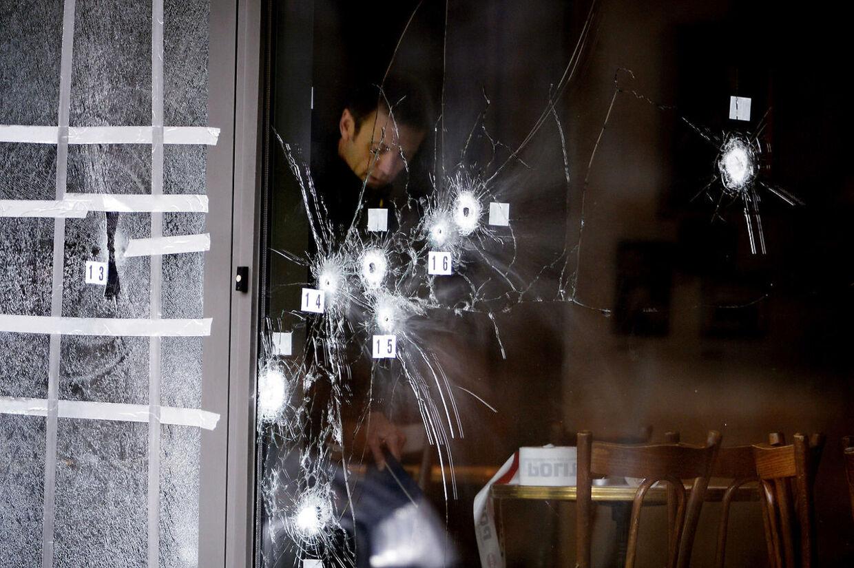 -Arkiv- RB PLUS Terrortiltalt var chef for hashpushere - - - -' Arkivfoto:Terrortiltalt indrømmer at have holdt el-Husseins våben.26-årige BH lagde to og to sammen. Han vidste, at Omar el-Hussein var den mand, der angreb KrudttøndenSe RB kl.11.39 17.03.2016.Arkivfoto: PLUS-historie. Omar el-Hussein var i timerne efter angrebet på Krudttønden i tæt kontakt med fire mænd, der er tiltalt for medvirken til terror, mener anklagemyndigheden. (se Ritzau historie 111600) Arkivfoto:Betjent i Krudttønden havde ikke fået påkrævet våbentræning Den ene af de to uniformerede betjente, der stod vagt ved Krudttønden, da den blev angrebet, havde imod politiets regler ikke været på skydebane i over seks måneder.Se Ritzau kl.16:00 ARKIVFOTO. Ansatte, som oplevede angrebet mod Krudttønden forrige weekend, revser politiets indsats før og under attentat. (se Ritzau historie 240108) Politiets teknikere arbejder, søndag den 15. Februar 2015, ved døren ind til Krudttønden på Østerbro, hvor terrorangrebet startede. Terrorangreb i København: En person åbnede ild under et arrangement om ytringsfrihed, hvor blandt andet Lars Vilks og den franske ambassadør deltog i Krudttønden på Østerbro, søndag den 14. februar 2014. Ved angrebet på Krudttønden blev en 55-årig mand dræbt. Senere blev synagogen i Krystalgade angrebet, hvor en yngre jødisk mand mistede livet. Undervejs er fem betjente blevet såret af skud, ingen af dem er dog i kritisk tilstand. Ved en skududveksling tidligt mandag morgen ved Nørrebro Station blev den formodede gerningsmand dræbt.