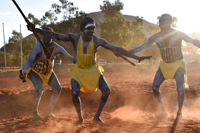Dansere åbner en ceremoni nær Uluru i 2017.