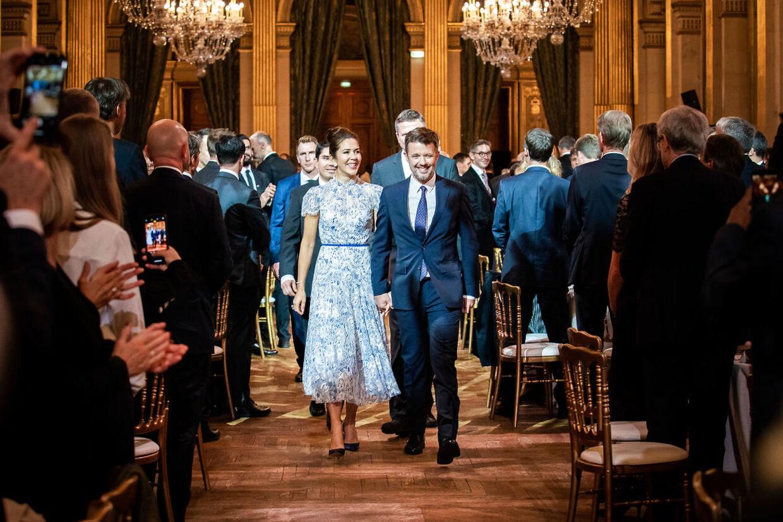 Flot så det ud, og lækkre var både omgivelser og mad, da en række ansatte i danske virksomheder tirsdag aften fik mulighed for at spise middag sammen med kronprinsparret på rådhuset i Paris.