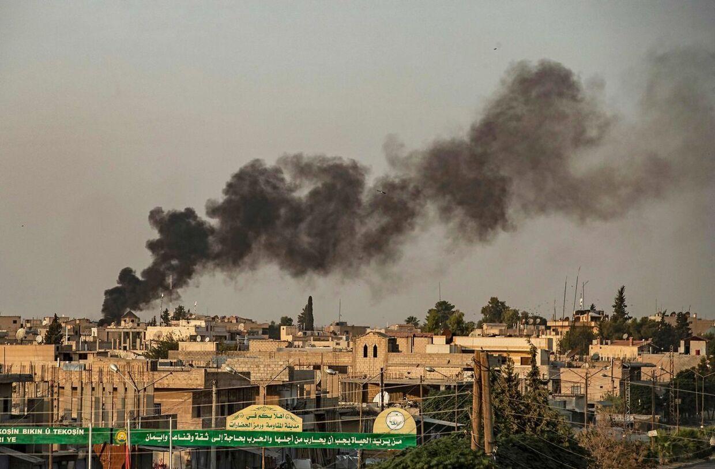 Røgen stiger til vejrs efter et tyrkisk angreb på den syriske by Ras al-Ain