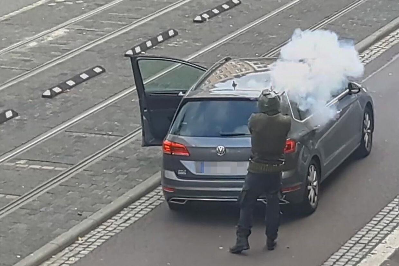 Skærmbillede fra en video fra ATV-Studio Halle, hvor en mand skyder ned ad en gade i byen Halle. Mindst to personer blev dræbt og to personer såret i angrebet tæt på en synagoge og en kebab-butik i byen. Andreas Splett/Ritzau Scanpix