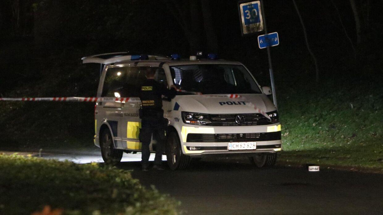 Politiet afspærrer området, efter de har fået en anmeldelse om skud.