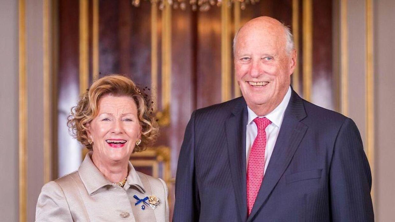 Kong Harald og dronning Sonja i et officielt billede fra deres guldbryllup. (Photo by Heiko JUNGE / NTB Scanpix / AFP) / Norway OUT
