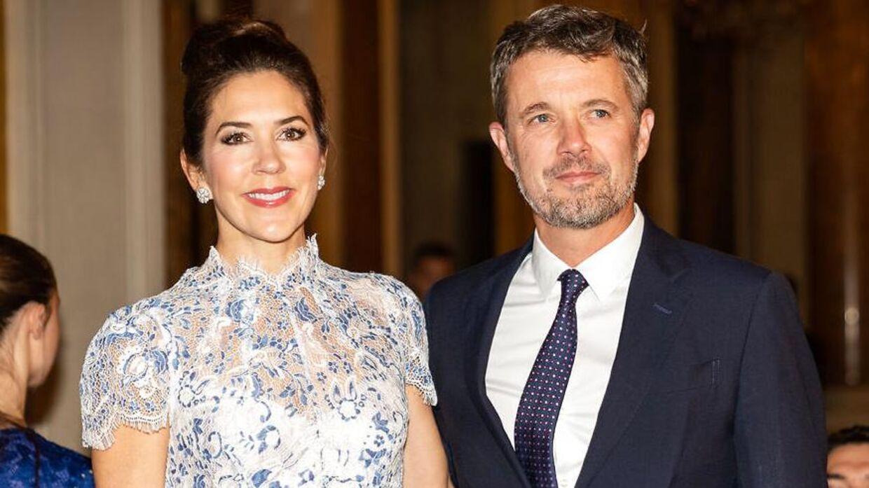 Kronprins Frederik og kronprinsesse Mary gjorde det godt under deres royale besøg i Paris, mener eksperter.