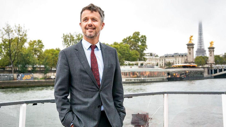 Kronprins Frederik på sejltur på Seinen under et erhvervsfremstød i Paris, hvor han blandt andet serverede kaffe for pressen.
