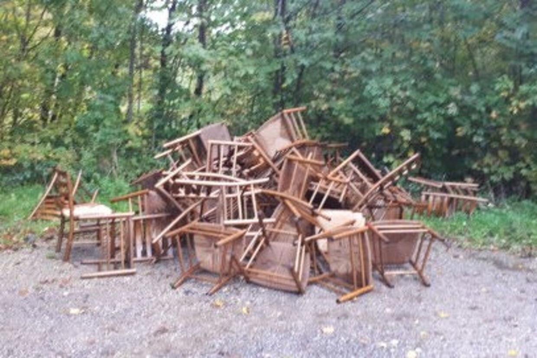 Stjålne stole fra rundkirke lå i en bunke på en parkeringsplads, da en hundelufter kom forbi. Hun kontaktede straks politiet. Østjyllands Politi/Free