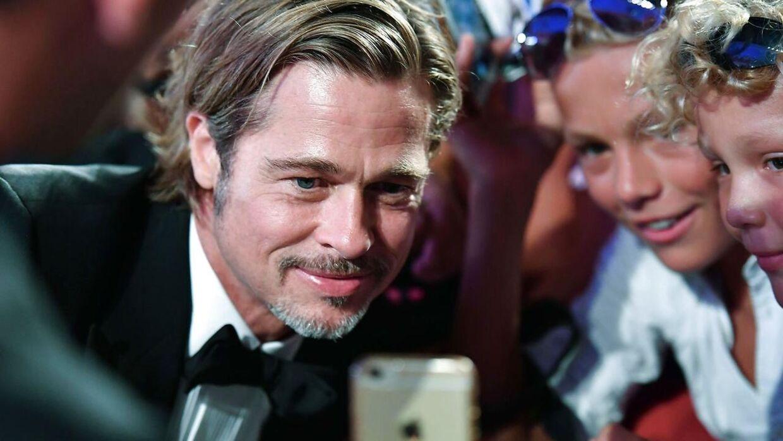 Brad Pitt tager selfies med fans under filmfestivalen i Venedig.