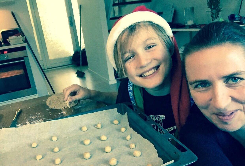 Mette og sønnen, Magne, på en af de dage, hvor mor har godt med tid til at bage småkager