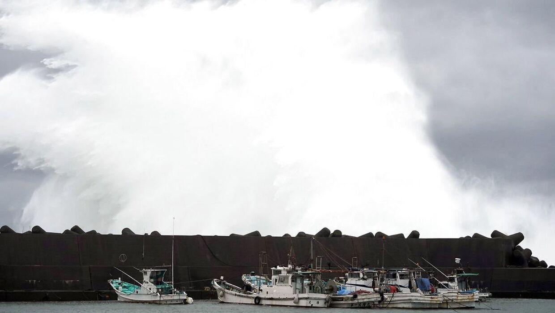 Tyfonen Hagibis har allerede sendt tårnhøje bølger ind mod den japanske kyst.