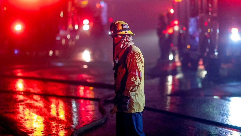 Brandfolk arbejder på højtryk for at tæmme flammerne.