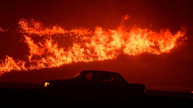 En bilist passerer flammerne.