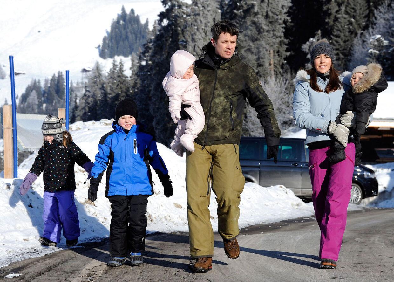 Her er et billede fra 2012, hvor den royale kronprinsfamilie besøgte et skiområde nær skolen i Schweiz.