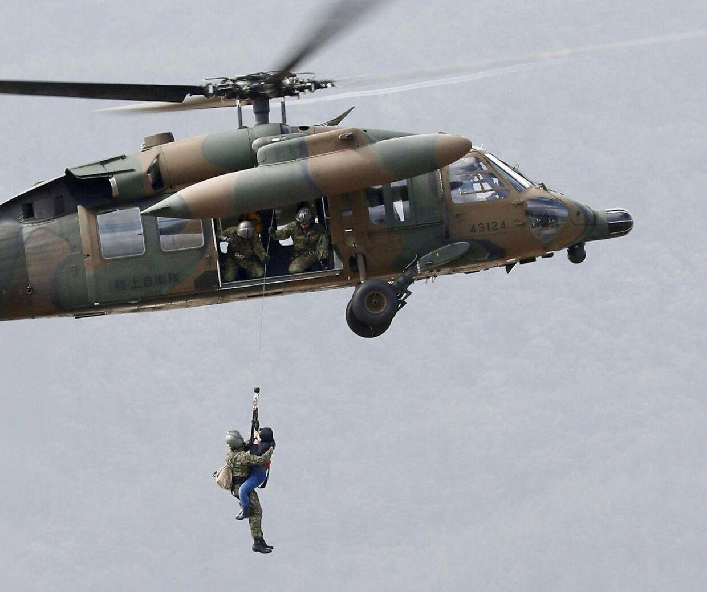 Her bliver en lokal beboer fløjet væk med redningshelikopter. En anden beboer mistede livet i sådan en redning, da hun faldt ned og døde.