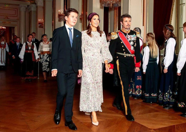 Prins Christian har gennem de seneste år haft flere og flere officielle pligter. Her ses han sammen med sine forældre i slutningen af august ved den norske prinsesse Ingrid Alexandras konfirmation.
