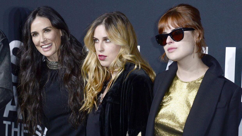Tallulah Willis (til højre) er her fotograferet sammen med mor Demi Moore (til venstre) og søster Scout LaRue Willis i 2016.