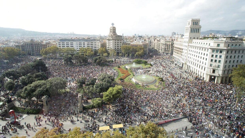 Demonstranter samlet ved Plaça de Catalunya i Barcelona mandag eftermiddag.