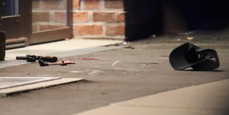 Billede fra stedet, som viser en pistol liggende på gaden. Byrd // Steven Knap.