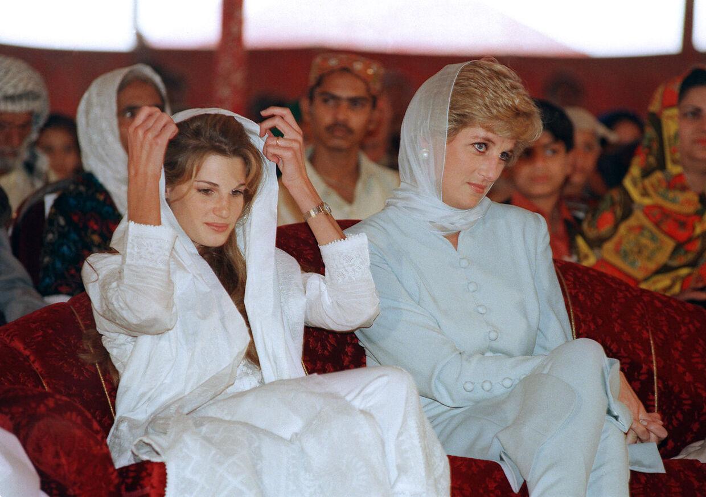 Prinsesse Diana bar ligeledes en lyseblå salwar kameez, da hun besøgte Pakistan i 1996.