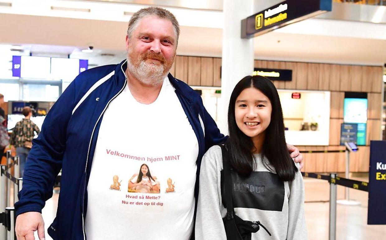 Frank Thøgersens kammerat René er med i lufthavnen for at hente Mint. Han har medbragt et særligt budskab til statsministeren på sin mave.