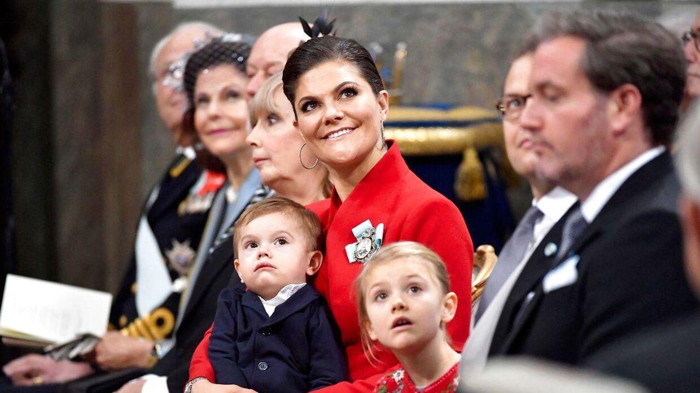 Arkivfoto hvor kronprinsesse Victoria sidder med sin søn, prins Oscar, og med sin datter, prinsesse Estelle, ved sin side. / AFP PHOTO / TT News Agency / Jonas EKSTROMER / Sweden OUT