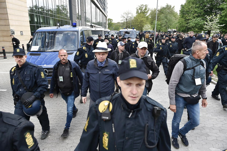 Mandsopdækket af politi. Stifteren af partiet Stram Kurs, Rasmus Paludan, forlader Fælledparken. 1. maj i Fælledparken i København, onsdag den 1. maj 2019. (Foto: Mads Claus Rasmussen/Ritzau Scanpix)