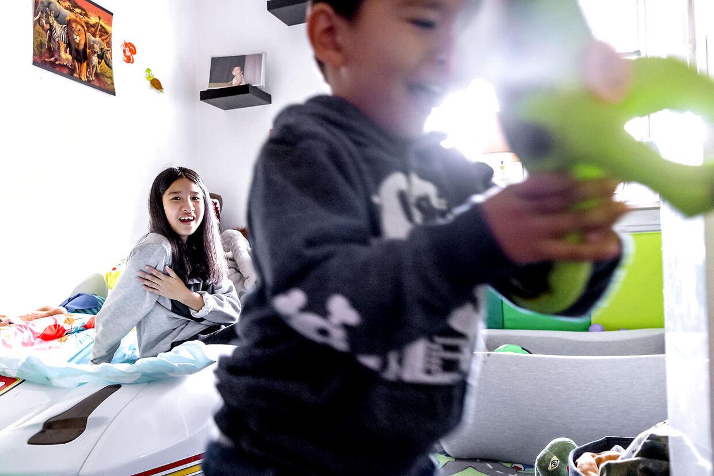Mint giver sin lillebror den dinosaurer hun har købt til ham i Thailand.