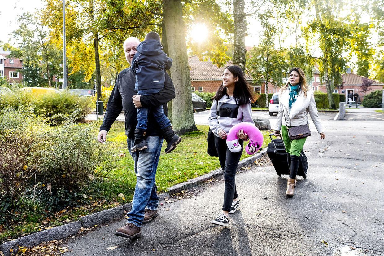 Oktobersolen stråler, da familien er på vej hjem til lejligheden i Køge.