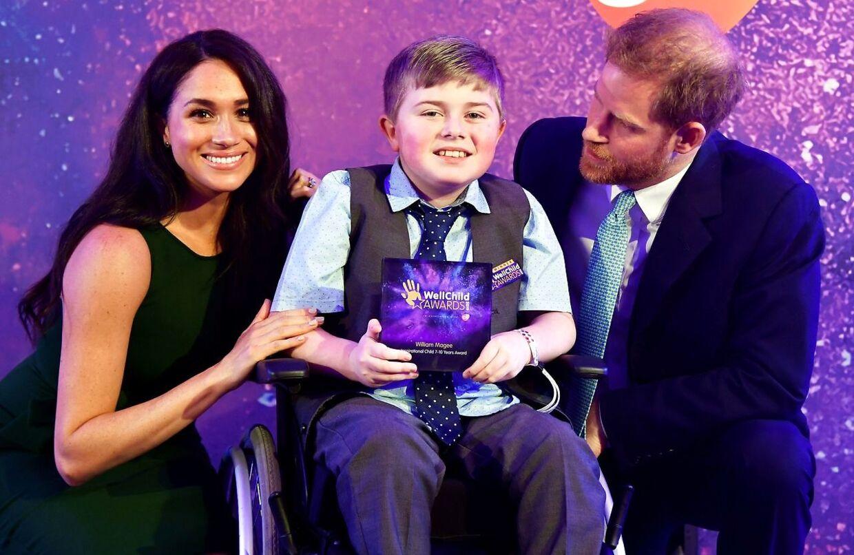 Her ses prins Harry og hertuginde Meghan sammen med en af vinderne - William Magee - under WellChild Awards i London.