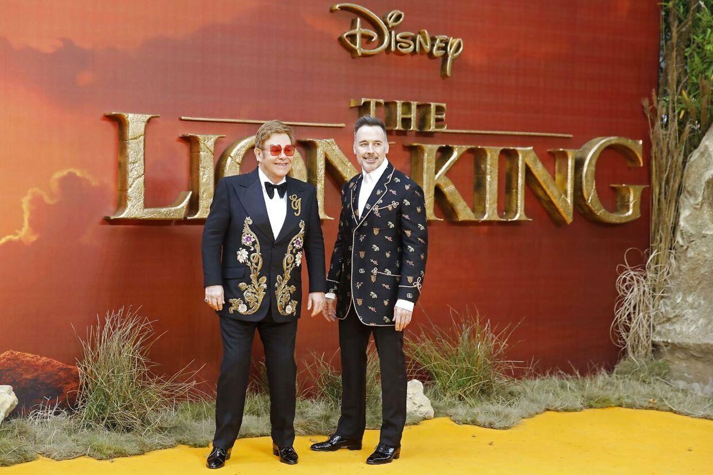 Sangeren Elton John med sin mand David Furnish til den europæiske premiere på Løvernes Konges