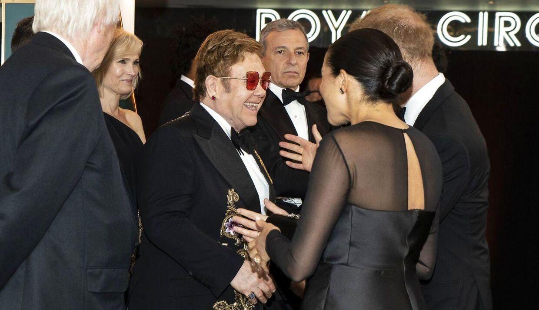 Her møder Elton John hertuginde Meghan til premieren på Løvernes Konge.