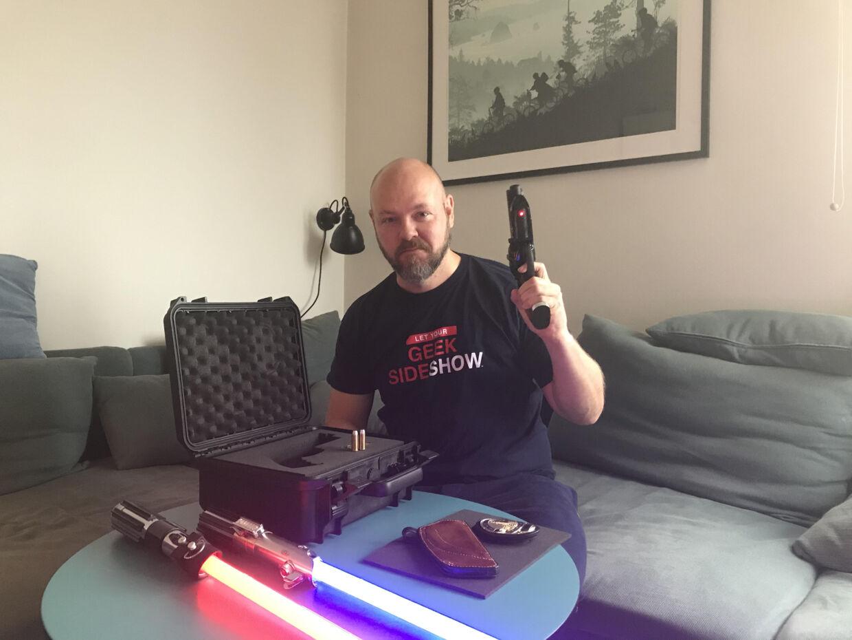 Jonas Schmidt med Harrison Ford/Rick Deckards pistol fra Blade Runner, Luke Skywalker's og Darth Vader's lyssværd.