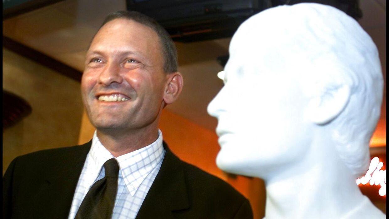 Preben Elkjær fotograferet ved sin buste. Han blev valgt som nyt medlem af 'Sportens Hall of Fame' i 1999.