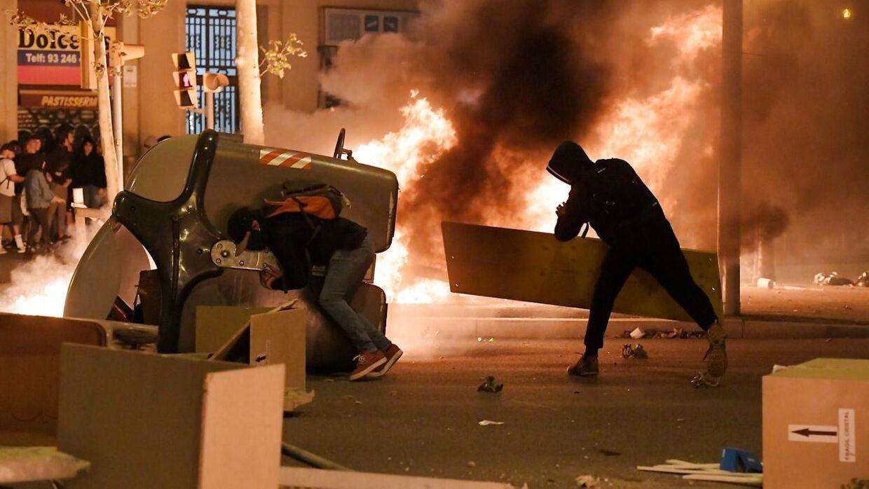 Der er hård kamp mellem demonstranterne og politiet.