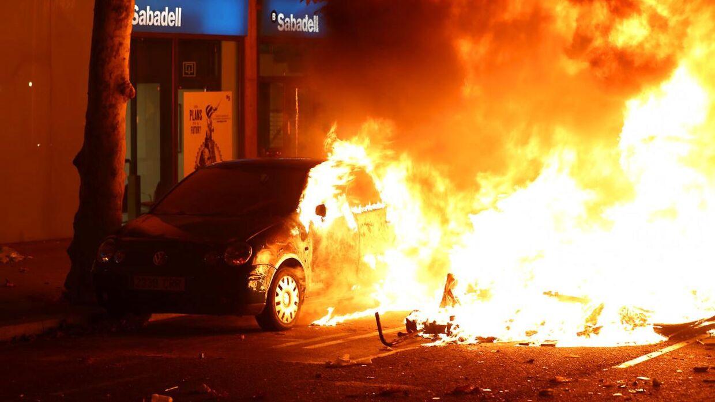 Biler er blevet sat i brand under de seneste dages protester.