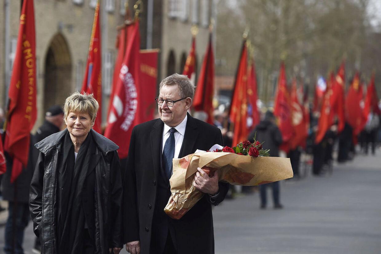 Lone Dybkjær og hendes mand, Poul Nyrup Rasmussen, fotograferet ved Anker Jørgensens begravelse.