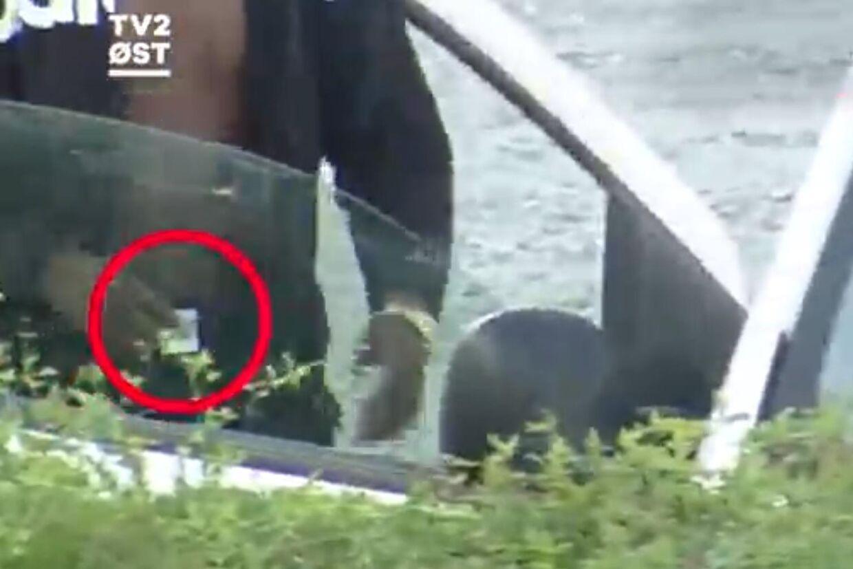 Optagelser fra TV2 Øst viser flere personer der foretager åbenlys handel med narko i Vordingborg.