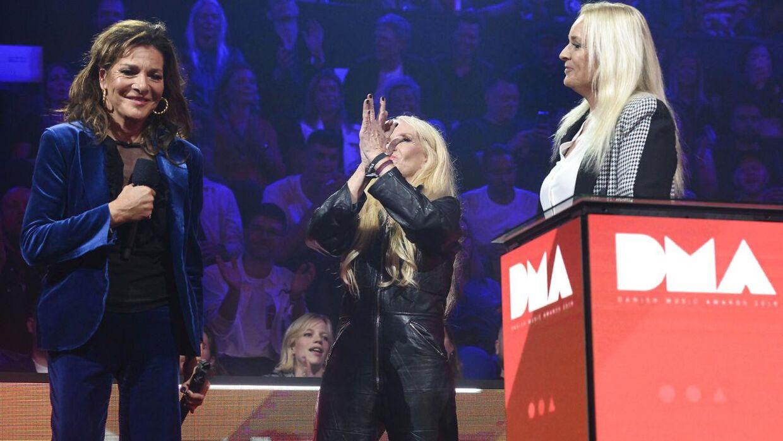 Modtager af Danish Music Awards ærespris Lis Sørensen modtager prisen af Anne Linnet og Sanne Salomonsen på scenen under Danish Music Awards 2019 i K.B. Hallen torsdag den 17. oktober 2019.